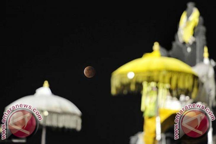 Warga Bali gagal amati gerhana bulan di Pantai Sanur