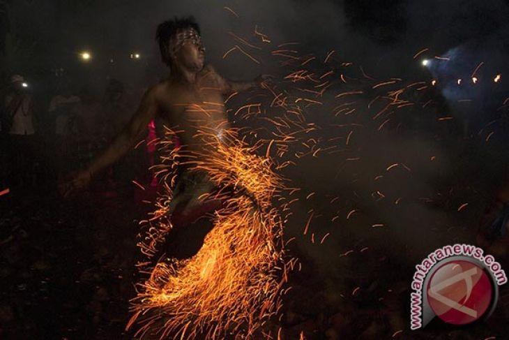 Wisatawan kagumi tradisi Mesabatan Api Gianyar-Bali (video)