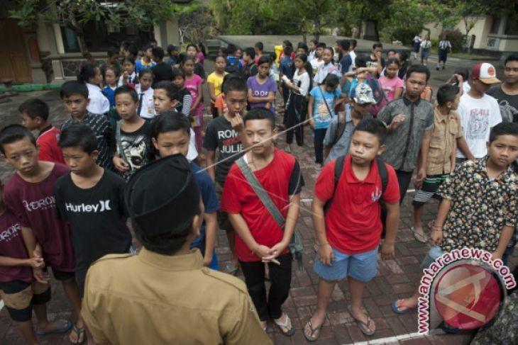 Pemkot Denpasar Bantu Alat Tulis Pengungsi Gunung Agung
