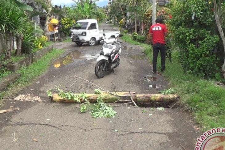 Warga Keluhkan Rusaknya Jalan Utama Kelurahan Sangkaragung