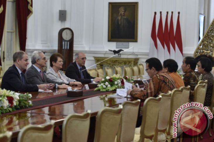 Jokowi Receives Representatives of The Elders