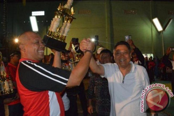 Wali Kota Denpasar Serahkan Piala Juara