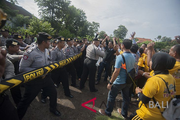 Latihan Pengamanan Pilkada Bali