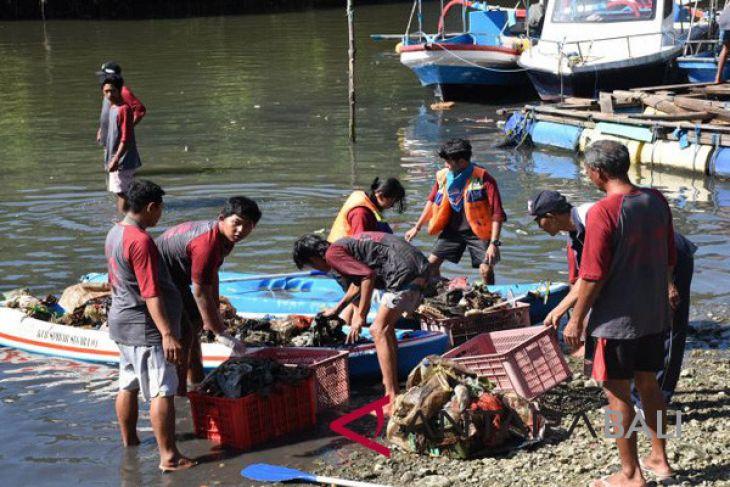 Puluhan pelajar Denpasar bersihkan mangrove