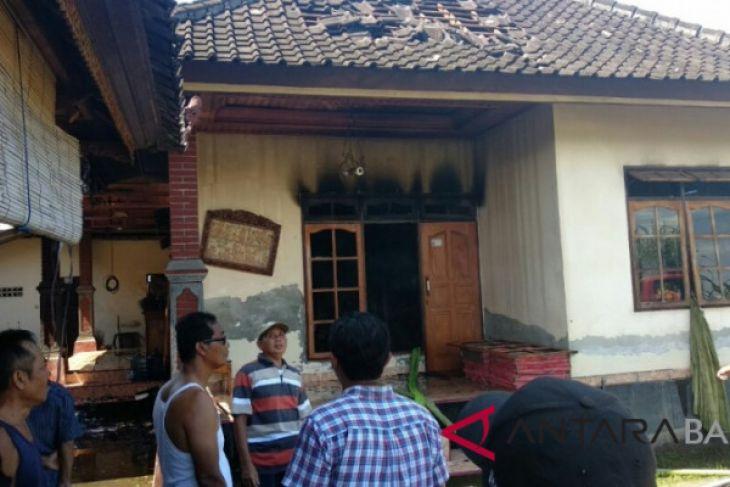 Rumah karyawan PLN terbakar karena listrik