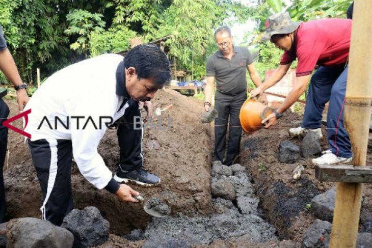 Penjabat bupati Gianyar ikut bangun rumah warga miskin