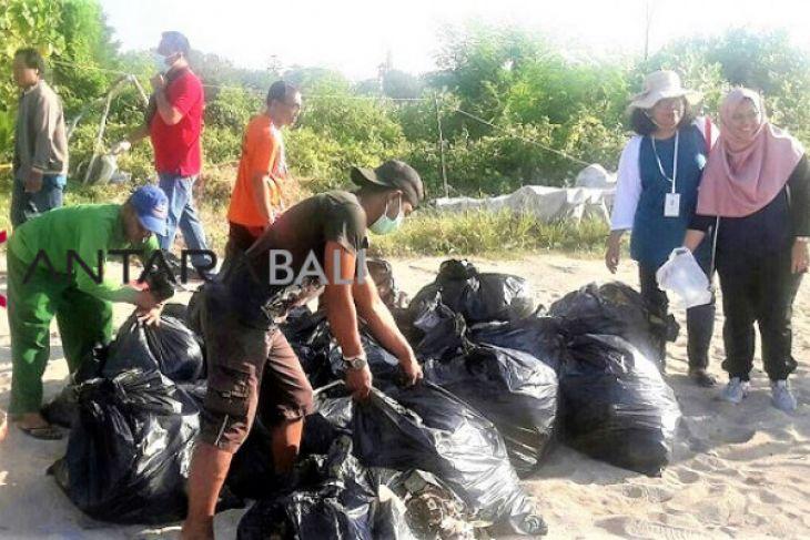 DLHK Denpasar  bersihkan Pantai Mertasari