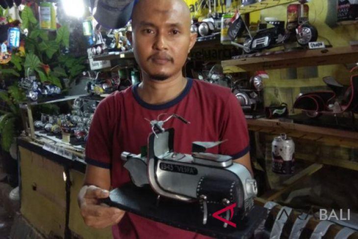 Pemuda Buleleng manfaatkan kaleng bekas jadi miniatur vespa - ANTARA ... 3a06c81727