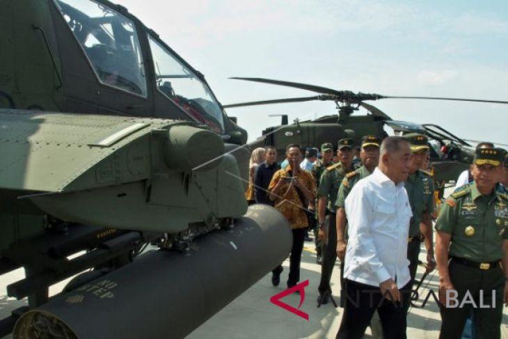 Kemhan Serahkan Delapan Helikopter Apache