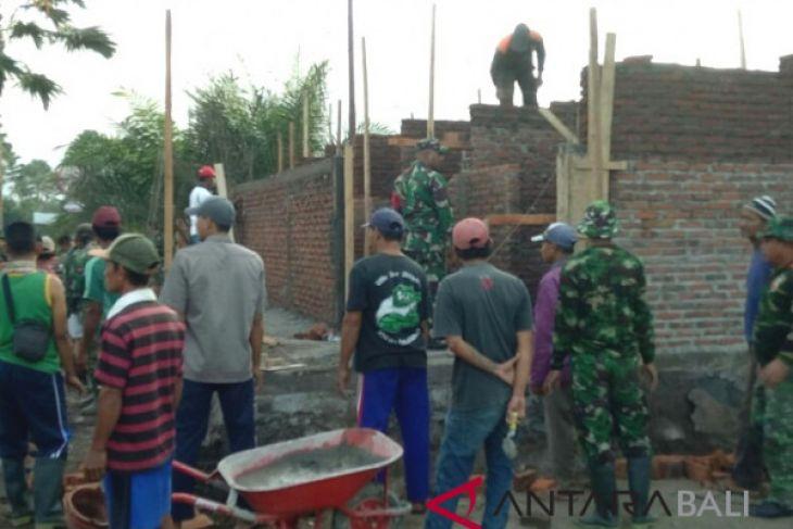 TNI lakukan bedah rumah warga miskin di Jembrana
