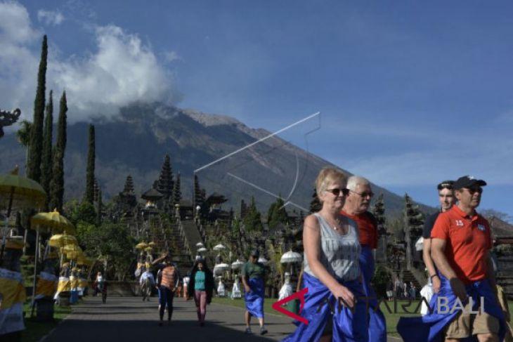 Meski Gunung Agung erupsi, wisawatan tetap kunjungi Pura Besakih