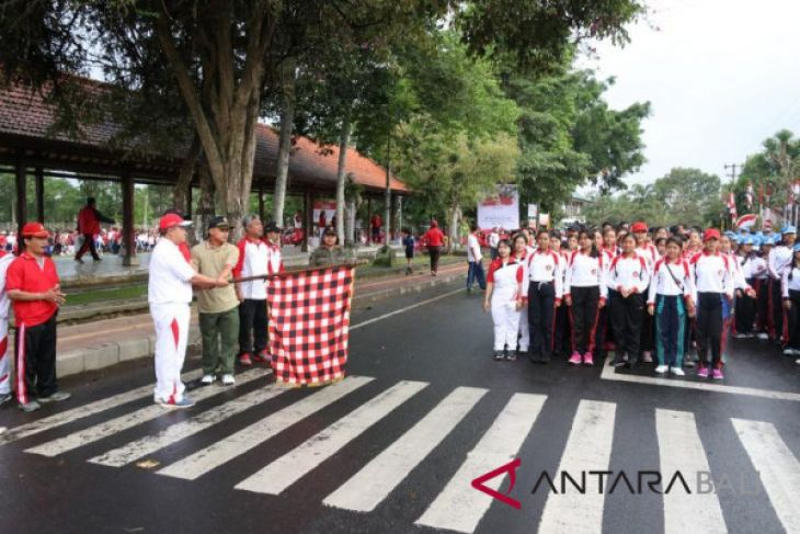 Sekda Bangli lepas jalan santai bernuanasa merah putih