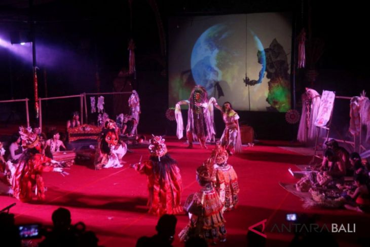 Teater Wayang Listrik pukau penonton