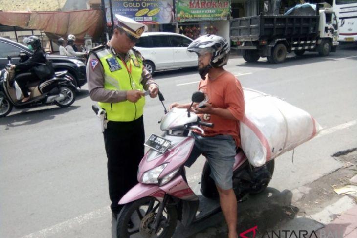 Polda Bali tertibkan pengendara bawa barang berlebihan