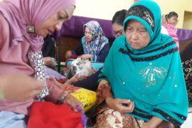 Alfamart Latih Warga Sindang Jaya Membuat Bantal