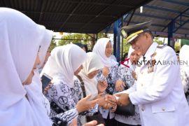 Momentum Kemerdekaan, Kecamatan Pinang Berikan Penghargaan - Uang Kadeudeuh Kepada Warga