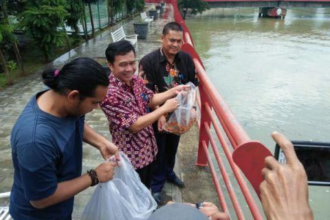 Karyawan PDAM Kota Tangerang Tebar Benih Ikan