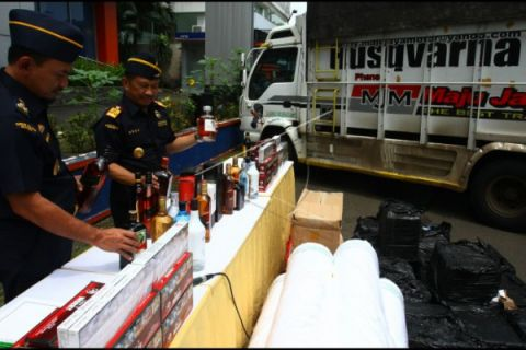 Satpol PP Lebak Musnahkan Ratusan Botol Miras