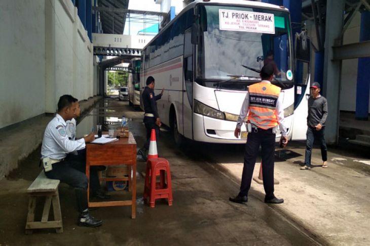 Bus Tak Laik Dikeluarkan Dari Terminal Merak