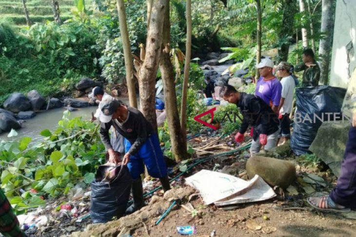 Jelang HUT Indonesia Kademangan Lakukan Kampung Bersih