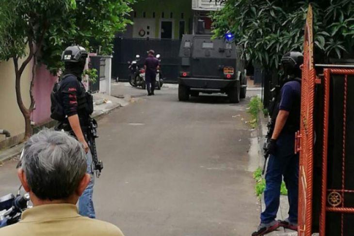 Densus 88 Mengamankan Tersangka Teroris Di Tangerang