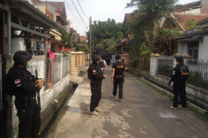 Densus Juga Gerebek Rumah Lainnya Di Tangerang