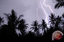 Hujan-petir putuskan jaringan listrik di Mukomuko
