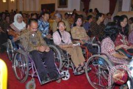 Dinsos bagikan kursi roda kepada warga lumpuh