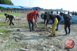 Sampah berserakan di Pantai Panjang Bengkulu