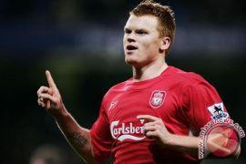 Mantan bek Liverpool John Arne pensiun