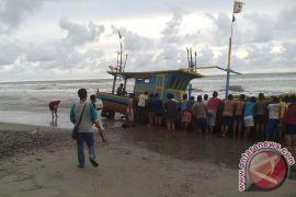 Kapal Pukat Harimau Terdampar Di Pantai Mukomuko