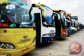 Mengerikan !! Dua Bocah Menempuh 90 Kilometer Di Bawah Bus