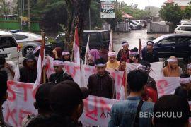 Massa desak mundur Kepala Kanwil Kemenag Bengkulu