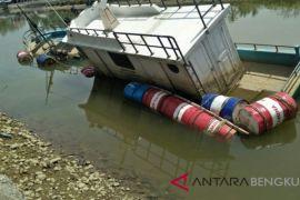DPMD Mukomuko evakuasi kapal tenggelam