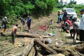 Luapan Sungai Air Kati Sindang Dataran rusak jalan kabupaten