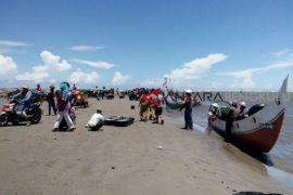 Pengunjung dilarang berenang di pantai Mukomuko