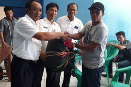 Nelayan Mukomuko terima alat tangkap pengganti trawl