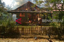 Rumah warga Mukomuko ludes terbakar