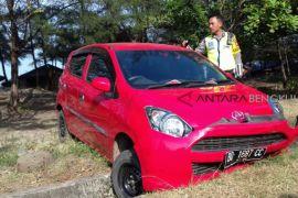 Mobil berdarah ditemukan di pinggir Pantai Panjang