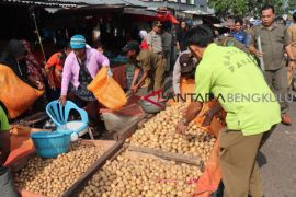 Petugas gabungan tertibkan PKL Pasar Atas Curup