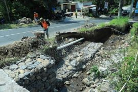 Rejang Lebong pasang bronjong penahan jalan longsor