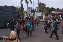 Delapan personel Polresta Bengkulu terluka amankan demonstrasi