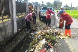 Anggota dewan keluhkan pembuangan sampah di irigasi