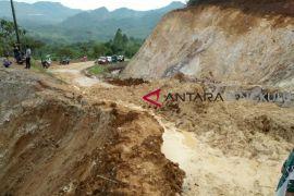 Jalan Kabupaten Lebong terputus akibat longsor