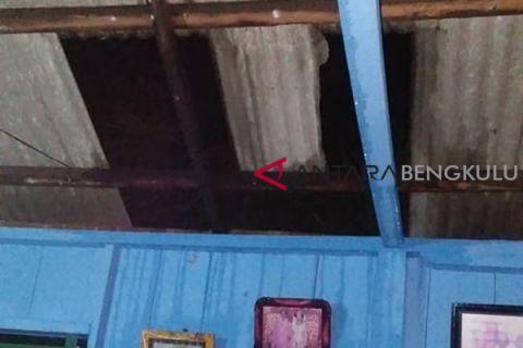 Dinsos : tiga rumah rusak akibat angin kencang