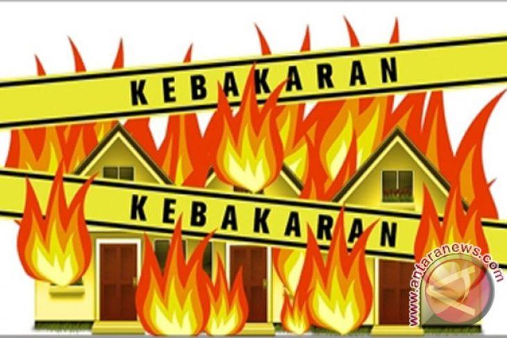 Kecewa perkara jalan santai, massa bakar rumah bupati