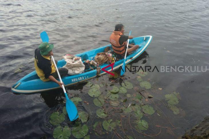 Relawan Bersihkan Danau Dendam