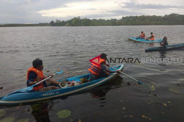 Bersihkan Danau Dendam Tak Sudah