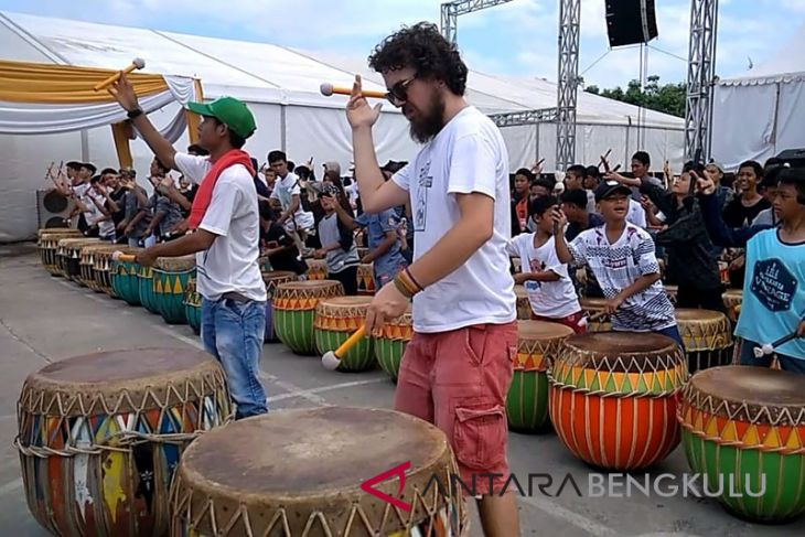 Turis antusias ikut bermain pada Festival Dol