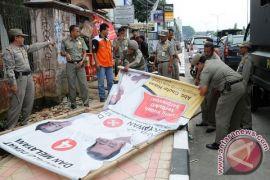 Satpol-PP Bekasi Kewalahan Tertibkan Spanduk Jelang Pilkada